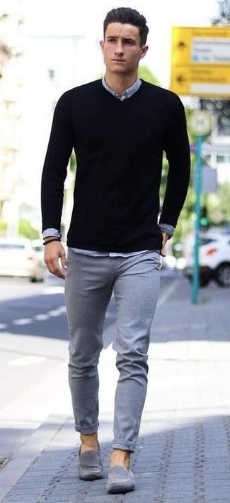 Essaie d'harmoniser un pull à col en v noir avec un pantalon chino gris pour obtenir un look relax mais stylé. Habille ta tenue avec une paire de des slippers en daim gris.