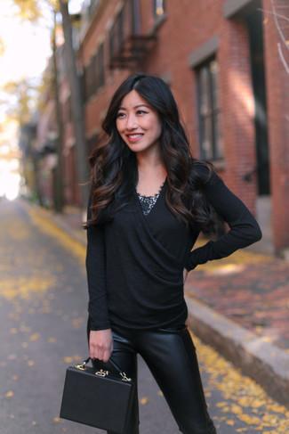 Comment porter: pull à col en v noir, débardeur en dentelle noir, pantalon slim en cuir noir, sac à main en cuir noir