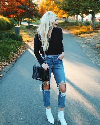 Comment porter un cartable en cuir matelassé noir: Pense à opter pour un pull à col en v noir et un cartable en cuir matelassé noir pour créer un look génial et idéal le week-end. Une paire de des bottines en cuir blanches est une option parfait pour complèter cette tenue.