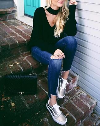 Comment porter un cartable en cuir matelassé noir: Marie un pull à col en v noir avec un cartable en cuir matelassé noir pour un look idéal le week-end. Jouez la carte classique pour les chaussures et choisis une paire de des baskets basses en cuir argentées.