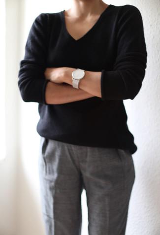Comment porter: pull à col en v noir, pantalon de costume gris, montre en cuir blanche