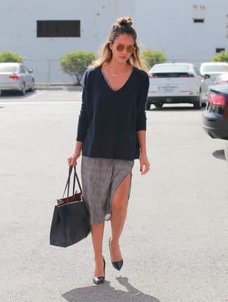 Tenue de Jessica Alba: Pull à col en v noir, Robe décontractée grise, Escarpins en cuir noirs, Sac fourre-tout en cuir noir