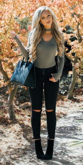 Comment porter des bottines en daim noires: Pense à harmoniser un pull à col en v olive avec un jean skinny déchiré noir pour une tenue relax mais stylée. Cette tenue se complète parfaitement avec une paire de des bottines en daim noires.