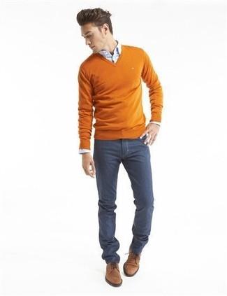 Comment porter: pull à col en v orange, chemise de ville bleu clair, jean bleu marine, chaussures derby en daim marron