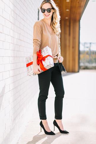 Comment porter: pull à col en v marron clair, pantalon slim noir, escarpins en daim noirs, sac bandoulière en cuir noir