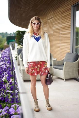Comment porter: pull à col en v blanc et bleu, robe chemise imprimée rouge, bottes hauteur genou en cuir marron clair, sac à main en cuir pourpre foncé