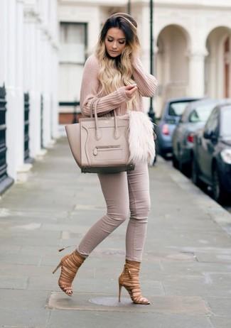 Comment porter: pull à col en v rose, jean skinny beige, sandales spartiates en cuir marron, sac fourre-tout en cuir beige