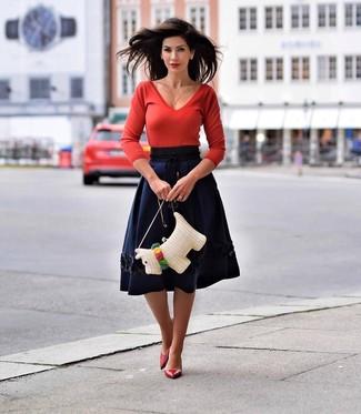 Comment porter: pull à col en v rouge, jupe évasée bleu marine, escarpins en cuir rouges, sac bandoulière de paille blanc
