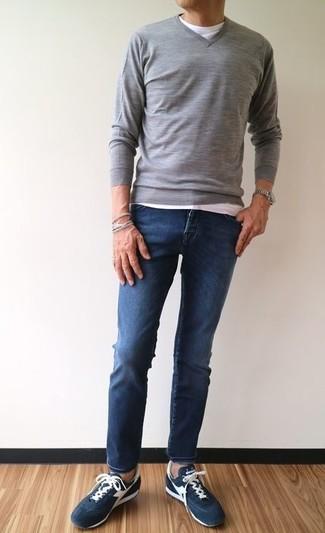 Comment porter: pull à col en v gris, t-shirt à col rond blanc, jean skinny bleu marine, baskets basses en daim bleu marine