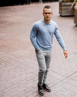 Comment porter: pull à col polo bleu clair, pantalon de costume gris, chaussures brogues en cuir noires, montre argentée