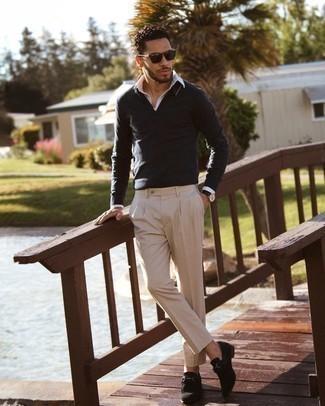 Tendances mode hommes: Harmonise un pull à col polo gris foncé avec un pantalon chino beige pour un look idéal au travail. Termine ce look avec une paire de slippers en daim noirs pour afficher ton expertise vestimentaire.