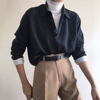 Comment s'habiller au printemps: Essaie d'associer un pull à col polo gris foncé avec un pantalon chino marron clair pour achever un look habillé mais pas trop. Nous trouvons que pour pour les journées printanières cette tenue est parfaite et très beau.