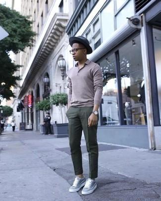Comment porter un pantalon chino vert foncé: Porte un pull à col polo gris et un pantalon chino vert foncé pour prendre un verre après le travail. Jouez la carte décontractée pour les chaussures et choisis une paire de des baskets basses grises.