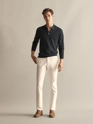 Tendances mode hommes: Pense à associer un pull à col polo noir avec un pantalon chino blanc pour achever un look habillé mais pas trop. Apportez une touche d'élégance à votre tenue avec une paire de des slippers en daim marron clair.