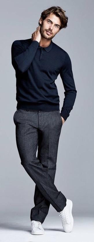 Comment porter: pull à col polo noir, pantalon de costume en laine gris foncé, baskets basses en toile blanches