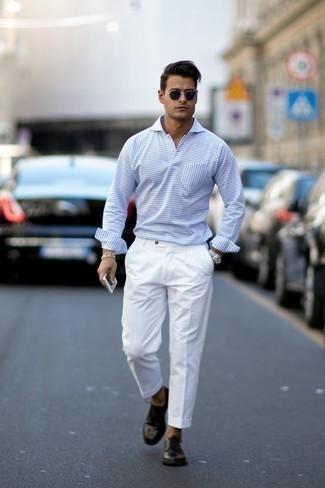 Comment porter un pantalon de costume blanc: Essaie d'harmoniser un pull à col polo à rayures horizontales bleu clair avec un pantalon de costume blanc pour dégager classe et sophistication. Cet ensemble est parfait avec une paire de des chaussures derby en cuir noires.