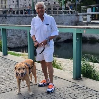 Comment s'habiller après 60 ans: Essaie de marier un pull à col polo blanc avec un short blanc pour un look idéal au travail. Jouez la carte décontractée pour les chaussures et opte pour une paire de chaussures de sport blanc et bleu marine.