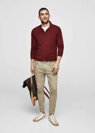 Comment porter: pull à col polo bordeaux, t-shirt à col rond blanc, jean marron clair, baskets basses en cuir blanches