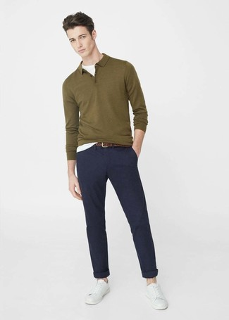 Comment porter: pull à col polo olive, t-shirt à col rond blanc, pantalon chino bleu marine, baskets basses en cuir blanches