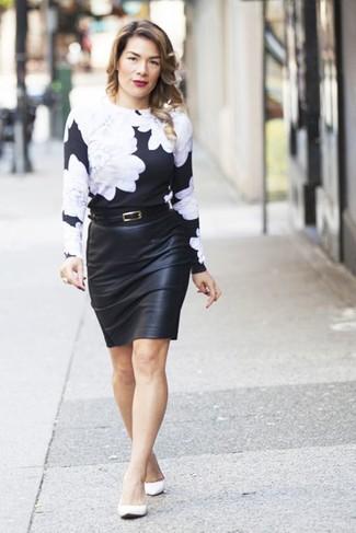Comment porter: pull à col rond à fleurs noir et blanc, jupe crayon en cuir noire, ballerines en cuir blanches