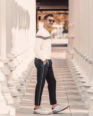 Comment porter: pull à col rond à rayures horizontales beige, pantalon de jogging noir, chaussures de sport en daim grises