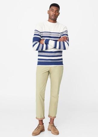 Comment porter: pull à col rond à rayures horizontales blanc et bleu marine, jean beige, bottines chukka en daim marron clair