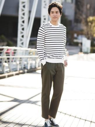 Comment porter: pull à col rond à rayures horizontales blanc et bleu marine, pantalon chino olive, baskets basses en toile bleu marine