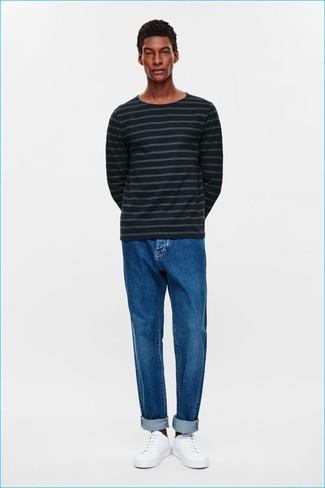 Comment porter: pull à col rond à rayures horizontales bleu marine, jean bleu, baskets basses en cuir blanches