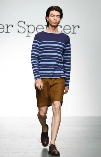 Comment porter: pull à col rond à rayures horizontales bleu marine, short tabac, chaussures derby en cuir marron foncé