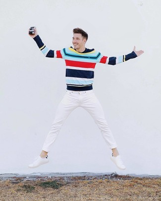 Comment porter: pull à col rond à rayures horizontales multicolore, jean blanc, baskets basses en cuir blanches