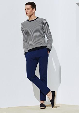 Comment porter: pull à col rond à rayures horizontales noir et blanc, pantalon chino bleu marine, espadrilles en toile noires