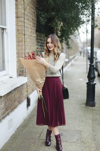 Comment porter: pull à col rond argenté, jupe mi-longue plissée pourpre, bottines en cuir bordeaux, sac bandoulière en cuir bordeaux