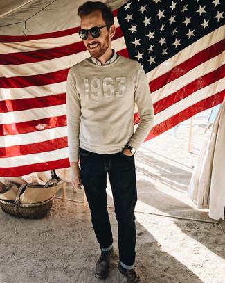 Comment porter: pull à col rond brodé beige, chemise à manches longues à rayures verticales blanche, jean bleu marine, bottes de loisirs en cuir marron foncé