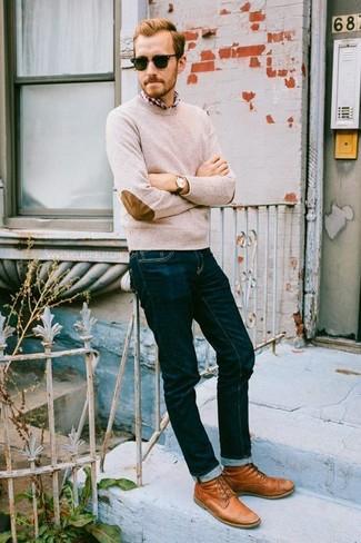 Comment porter: pull à col rond beige, chemise à manches longues écossaise rouge et blanc, jean bleu marine, bottes de loisirs en cuir tabac