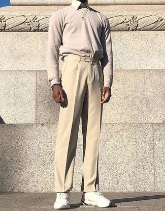 Comment porter: pull à col rond beige, chemise de ville beige, pantalon de costume beige, chaussures de sport blanches