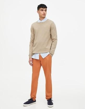 Comment porter: pull à col rond beige, chemise de ville à rayures verticales bleu clair, pantalon chino orange, baskets basses bleu marine
