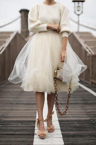 Comment porter: pull à col rond beige, jupe évasée de tulle beige, sandales à talons en daim beiges, sac bandoulière en cuir beige