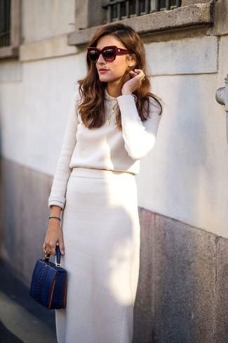 Comment porter: pull à col rond beige, jupe mi-longue beige, pochette en cuir imprimée serpent bleu marine, lunettes de soleil bordeaux