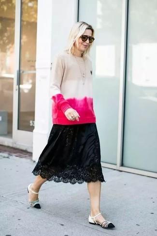 Comment porter: pull à col rond imprimé tie-dye beige, jupe mi-longue en dentelle noire, ballerines en cuir noires et blanches, lunettes de soleil marron