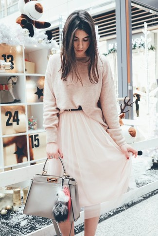 Comment porter: pull à col rond beige, jupe mi-longue en chiffon rose, sac fourre-tout en cuir gris, ceinture en cuir noire