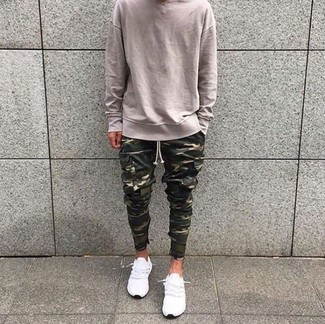 Comment porter: pull à col rond beige, pantalon cargo camouflage olive, baskets basses blanches