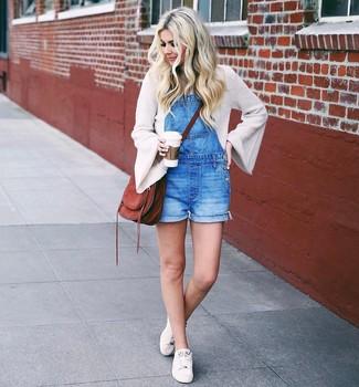Comment porter une salopette-short: Choisis un pull à col rond beige et une salopette-short pour un look confortable et décontracté. Une paire de baskets basses blanches est une option avisé pour complèter cette tenue.