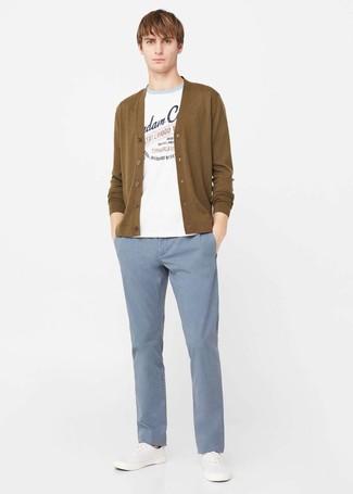 Comment porter: pull à col rond imprimé blanc, cardigan moutarde, pantalon chino bleu clair, tennis blancs