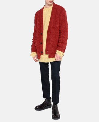 Comment porter: pull à col rond blanc, cardigan rouge, pantalon de costume en laine noir, bottines chelsea en cuir noires