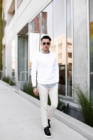Comment porter: pull à col rond blanc, chemise à manches longues en vichy blanche et noire, pantalon chino blanc, baskets basses en daim noires