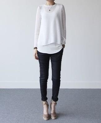 Comment porter: pull à col rond blanc, débardeur blanc, pantalon slim noir, escarpins en daim marron