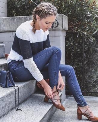 Comment porter: pull à col rond à rayures horizontales blanc et bleu marine, jean skinny bleu marine, escarpins en daim marron, sac bandoulière en cuir bleu marine