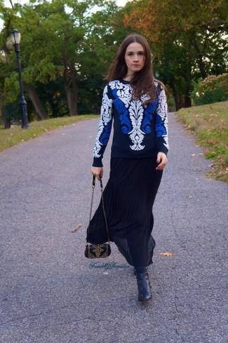 Comment porter: pull à col rond brodé blanc et bleu marine, jupe longue plissée noire, bottines en cuir noires, sac bandoulière en cuir à clous noir
