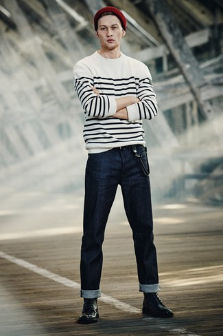 Comment porter: pull à col rond à rayures horizontales blanc et noir, jean bleu marine, bottes habillées en cuir noires, bonnet bordeaux