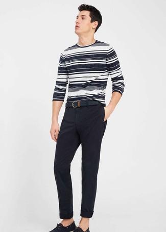 Comment porter: pull à col rond à rayures horizontales blanc et noir, pantalon chino noir, chaussures bateau en toile noires, ceinture en cuir noire